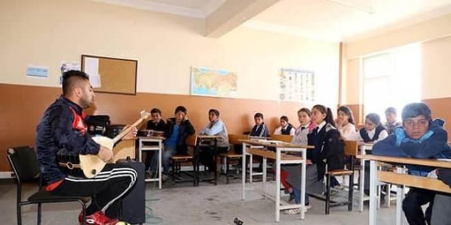 """Öğrencileri Spor ve Müzik İle """"Okullu"""" Yapan Öğretmen!"""