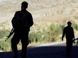 Sınırı geçmeye çalışan 2 kişi vuruldu
